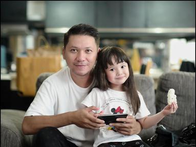 Gempi kini telah berusia 4 tahun. Sebagai ayah, Gading tak mau melewatkan masa pertumbuhan sang anak. Gempi dikenal sebagai anak yang aktif dan menggemaskan di mata publik. (Liputan6.com/IG/gadiiing)