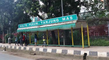 Suasana sekitar Halte Perum Tanjung Mas, Jakarta, Rabu (6/2). Proyek peninggian trotoar yang tidak diimbangi dengan renovasi halte menyebabkan bangku di halte tersebut menjadi pendek dan tidak layak untuk digunakan. (Liputan6.com/Immanuel Antonius)