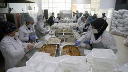 Para pekerja mengenakan masker saat menyiapkan makanan untuk para pasien COVID-19 dan orang-orang yang dikarantina di rumah di Ankara, Turki, 19 November 2020. Menurut Kementerian Kesehatan Turki, total infeksi COVID-19 di negara tersebut menjadi 430.170. (Xinhua/Mustafa Kaya)