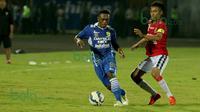 Aksi David Laly (kiri) gelandang bertahan Persib Bandung dalam turnamen sepak bola Bali Island 2016 di Stadion Kapten I Wayan Dipta, Gianyar, Bali, Minggu (21/2/2016). (Bola.com/Peksi Cahyo)