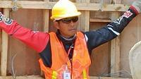 Asisten pelatih Persis Solo, M. Choirul Huda, tak malu bekerja di proyek bangunan karena kompetisi vakum. (Bola.com/Gatot Susetyo)