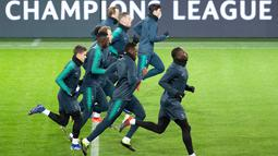 Para pemain Tottenham Hotspur melakukan pemanasan saat sesi latihan di Dortmund, Jerman barat (4/3). Pada leg pertama babak 16 besar Liga Champions Tottenham menang telak atas Dortmund 3-0 di Stadion Wembley. (AFP Photo/Bernd Thissen)