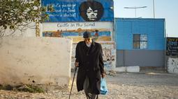 Sebuah poster gitaris AS Jimi Hendrix terlihat di kota pesisir Maroko Essaouira pada 10 September 2020. Sebuah desa di Maroko yang berada di tepi Laut Atlantik masih mengingat jelas sosok legenda gitar itu. (AFP/Fadel Senna)