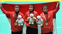 Tim pencak silat seni beregu putri Indonesia, Pramudita Yuristya (kiri), Lutfi Nurhasanah (tengah) dan Gina Tri Lestari (kanan) berpose usai meraih medali emas Asian Games 2018, Jakarta, Rabu (29/8). (ANTARA FOTO/INASGOC/Melvinas Priananda/nak/18)