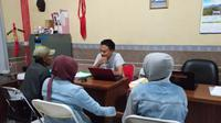 Pasutri tersangka adegan ranjang secara live kepada sejumlah ABG di Tasikmalaya tengah melakukan pemeriksaan di depan penyidik (Liputan6.com/Jayadi Supriadin)