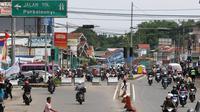 Rekayasan lalu lintas diberlakukan di pertigaan Jatinangor dengan Tol Purbaleunyi jelang kedatangan para pemudik. (Liputan6.com/Immanuel Antonius)