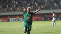 Ekspresi pemain PSS Slema, Kushedya Hari Yudo, setelah menjebol gawang PSM Makassar pada laga Liga 1 2019 di Stadion Maguwoharjo, Sleman, Jumat  (23/8/201). (Bola.com/Vincentius Atmaja)