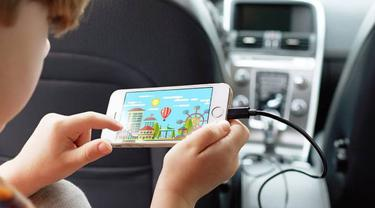 Ilustrasi mengisi daya smartphone di mobil menggunakan car charger. Dok: digitaltrends.com