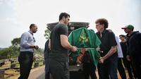 Achmad Albar dan Fachri Albar membawa keranda jenazah Faldy Albar (Liputan6.com/ Faizal Fanani)
