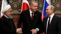 Ekspresi Presiden Turki Recep Tayyip Erdogan (tengah) saat bersama Presiden Rusia Vladimir Putin (kanan) dan Presiden Iran Hassan Rouhani (kiri) setelah menggelar pertemuan terkait perdamaian Suriah di Ankara, Turki, Rabu (4/4). (AFP PHOTO/ADEM ALTAN)