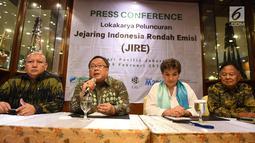 Kepala Bappenas Bambang Brodjonegoro (dua kiri) memberi paparan dalam peluncuran Jejaring Indonesia Rendah Emisi (JIRE), Jakarta, Selasa (19/2). Bappenas memasukkan program pembangunan rendah karbon dalam penyusunan RPJMN 2020-2024. (Liputan6.com/HO/Mic)