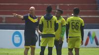 Pelatih Raphael Burgues memberi instruksi saat latihan jelang laga melawan Persik di Stadion Brawijaya Kota Kediri, Senin (23/9/2019). (Bola.com/Gatot Susetyo)
