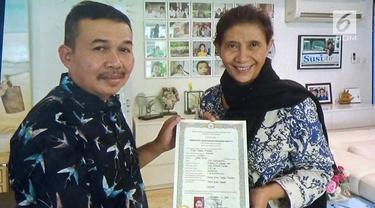 Setelah puluhan tahun tidak memiliki ijasah setingkat SMA, akhirnya Menteri Susi Pudjiastuti berhasil mendapatkanya dan statusnya yang hanya lulusan SMP sudah tidak berlaku lagi.