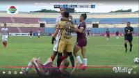 Dua pemain Bali United, Wawan Hendrawan dan Willian Pacheco nyaris baku hantam ketika melawan PSM Makassar. (Tangkapan layar Vidio).