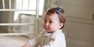 Puteri Charlotte memang menggemaskan sedari dulu. Foto ini diambil pada May 2016 atau lebih tepatnya saat sang Puteri berulang tahun untuk pertama kali. (instagram/kensingtonroyal)