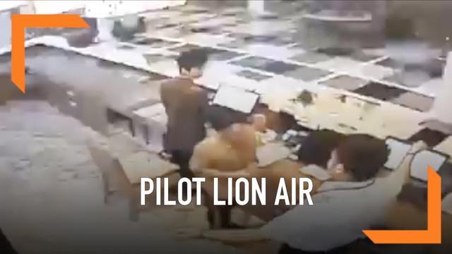 Seorang pilot Lion Air diduga melakukan kekerasan kepada seorang petugas hotel. Rekaman kekerasannya menjadi viral di media sosial.