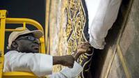 Kain penutup Kakbah digulung saat musim haji tiba. (Saudi Gazette)