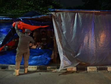 FOTO: Berjualan Saat PSBB, Ratusan PKL Kanal Banjir Timur Ditertibkan