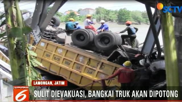 Setelah dua kali gagal mengevakuasi 3 bangkai dump truck dari dasar sungai, petugas gabungan akan memotong bangkai truk.