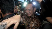 Sekretaris MA, Nurhadi Abdurrachman keluar dari Gedung KPK, Jakarta, Selasa (24/5). Nurhadi berusaha menerobos kerumunan wartawan yang menghadangnya. (Liputan6.com/Helmi Afandi)