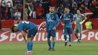 Ekspresi para pemain Real Madrid usai kalah dari Sevilla pada laga La Liga Santander di Sanchez Pizjuan stadium, Seville, (9/5/2018). Madrid kalah 2-3 dari Sevilla.  (AP/Miguel Morenatti)