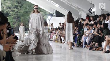 Model memeragakan busana rancangan desainer Sapto Djojokartiko di Jakarta, Kamis (20/9). Sapto memamerkan 70 busana Spring/Summer 2019 untuk merayakan 10 tahun karyanya di dunia fesyen. (Liputan6.com/Herman Zakharia)