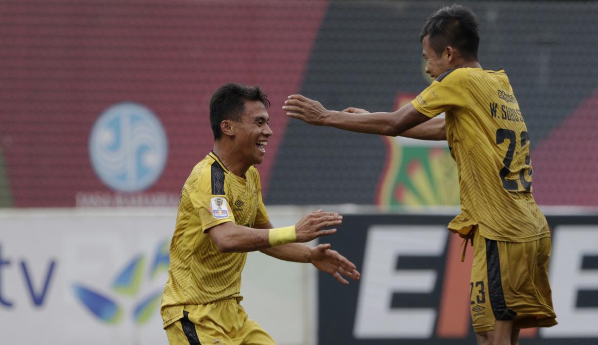 Gelandang Bhayangkara FC, Alsan Sanda, merayakan gol yang dicetaknya ke gawang PSBL Langsa pada Piala Indonesia 2018 di Stadion PTIK, Jakarta, Jumat (1/2). Bhayangkara menang 4-3 atas PSBL. (Bola.com/Yoppy Renato)