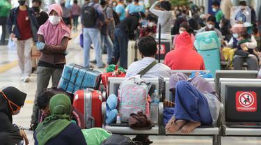 Hiruk Pikuk Stasiun Pasar Senen Jelang Pelarangan Mudik Lebaran 2021