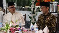 Presiden Joko Widodo atau Jokowi (kanan) dan Ketua MPR Zulkifli Hasan tertawa saat buka puasa bersama di Rumah Dinas MPR Widya Chandra, Jakarta, Jumat (8/6). Buka bersama untuk menjalin silaturahmi antara pejabat negara. (Liputan6.com/JohanTallo)