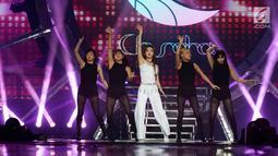 "Penyanyi asal Korea Chung Ha (tengah) menghibur penonton pada Konser ""Smartfren Wow"" di Istora Senayan, Jakarta, Jumat (20/9/2019). Konser yang bertajuk ""Raih Mimpi Bersama Smartfren"" itu menampilkan sejumlah artis nasional dan internasional. (Liputan6.com/Herman Zakharia)"