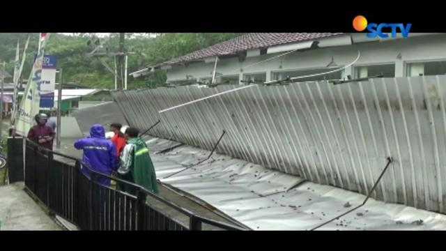 Hingga kini, atap kanopi yang ambruk diterjang angin kencang masih ramai dikerumuni warga. Pihak kepolisian juga tengah melakukan olah TKP.