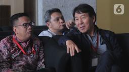 General Manager Hyundai Engineering Construction, Henry Jung (kanan) berada di ruang tunggu sebelum pemeriksaan di gedung KPK,  Kamis (5/12/2019). Henry Jung diperiksa sebagai tersangka dugaan suap proses perizinan proyek Pembangkit Listrik Tenaga Uap (PLTU) 2 Cirebon.(merdeka.com/Dwi Narwoko)