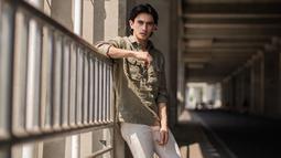 Gaya kasual dari Omar Daniel juga sering mencuri perhatian netizen. Pasalnya, meski menggunakan pakaian kasual, aktor yang dikenal dengan rambut gondrongnya ini pun tetap terlihat kece. (Liputan6.com/IG/@ omardaniel_)