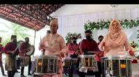 Usai Akad Nikah, Pasangan Pengantin Ini Spontan Ikut Main Drum. (Sumber: Instagram/voiceofpercussion)
