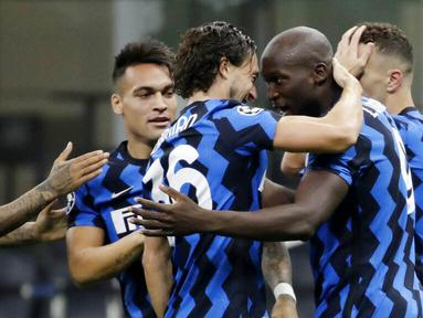 Para pemain Inter Milan merayakan gol yang dicetak oleh Romelu Lukaku ke gawang Borussia Moenchangladbach pada laga Liga Champions di Stadion Giuseppe Meazza, Kamis (22/10/2020). Kedua tim bermain imbang 2-2. (AP/Luca Bruno)