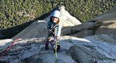 Selah Schneiter saat memanjat tebing El Capitan di Taman Nasional Yosemite, California, Amerika Serikat, 10 Juni 2019. Selah Schneiter (10) menorehkan sejarah dalam dunia panjat tebing dengan menjadi manusia termuda yang sukses menaklukkan El Capitan. (Michael Schneiter via AP)