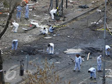 Petugas forensik saat memeriksa lokasi meledaknya bom bunuh diri di Ankara , Turki 14 Maret 2016. Peristiwa tragis ini setidaknya menewaskan 34 orang dan melukai 125 orang. (REUTERS / Umit Bektas)