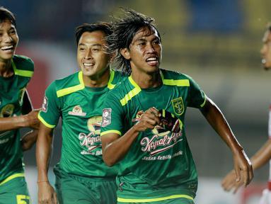 Bek Persebaya Surabaya, Ady Setiawan (kanan) melakukan selebrasi usai mencetak gol ke gawang Madura United dalam laga matchday ke-2 Grup C Piala Menpora 2021 di Stadion Si Jalak Harupat, Bandung, Minggu (28/3/2021). (Bola.com/M Iqbal Ichsan)