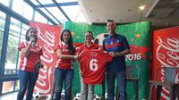 Penyerahan Simbolis Jersey dan Bola untuk Peluncuran Coke Kicks 2016