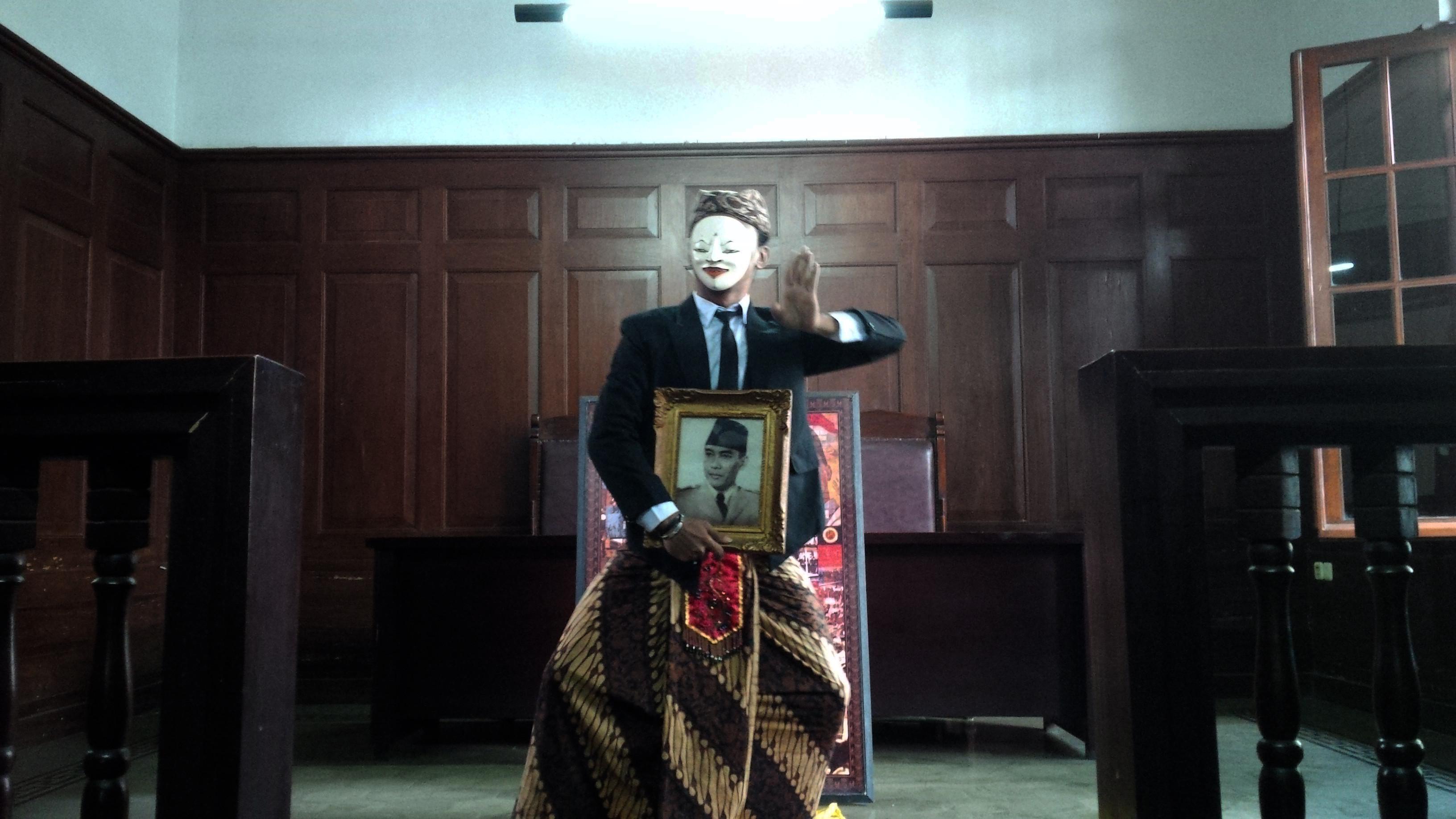 Mengenakan pakaian seperti mahasiswa tempo dulu, Gatot Gunawan seniman tari asal Kota Bandung menari selama enam jam sambil membawa foto Presiden pertama RI Sukarno. (Liputan6.com/Aditya Prakasa)