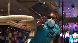 Para pengunjung bermain dadu saat pembukaan kembali hotel dan kasino Bellagio di Las Vegas, Nevada, Amerika Serikat, Kamis (4/6/2020). Kasino di Nevada diizinkan kembali beroperasi setelah penutupan sementara untuk mencegah penyebaran virus corona COVID-19. (AP Photo/John Locher)
