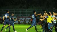 Panitia di Malang mempersiapkan acara selebrasi jika Arema memenangi TSC 2016. (Bola.com/Iwan Setiawan)