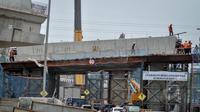 Pekerja sedang menyelesaikan proyek jalan tol Pelabuhan Tanjung Priok, Jakarta, Rabu (25/3/2015). Pemerintah DKI Jakarta mendorong konsorsium Tol Akses Tanjung Priok (ATP) agar mempercepat pembangunannya. (Liputan6.com/Faizal Fanani)