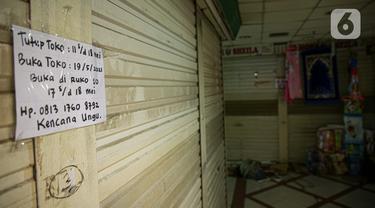 Sebuah kertas berisi pengumuman penutupan dipasang di salah satu toko di Pasar Tanah Abang, Jakarta Pusat, Selasa (11/6/2021). Pasar Tanah Abang akan tutup sementara pada 12 hingga 18 Mei mendatang guna menyambut libur lebaran dan perawatan rutin. (Liputan6.com/Faizal Fanani)