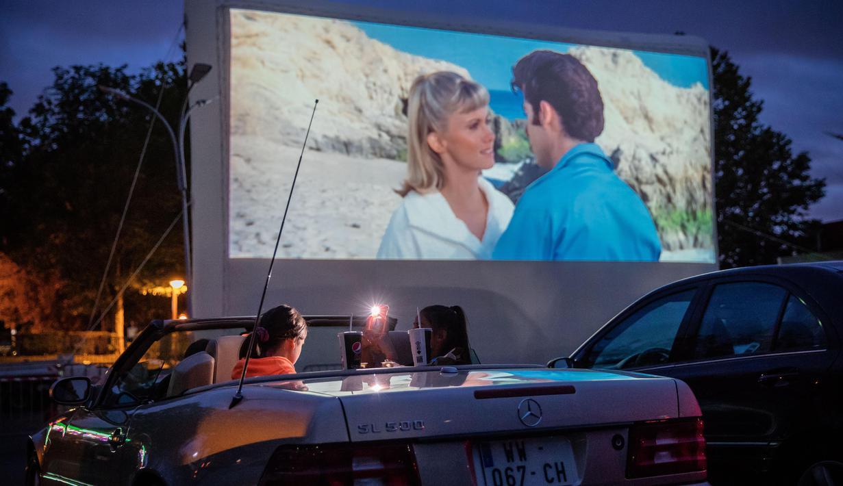 Orang-orang menonton film di sebuah bioskop drive-in yang digelar oleh warga Saint-Thibault-des-Vignes, suatu wilayah di pinggiran Kota Paris, Prancis, pada 4 Juli 2020. Bioskop berkonsep drive-in semakin populer di Prancis selama pandemi COVID-19. (Xinhua/Aurelien Morissard)
