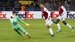 Aksi Aaron Ramsey (tengah) melewati kiper CSKA Moscow pada leg kedua Liga Europa di CSKA Arena, Russia, (12/3/2018). Arsenal lolos ke Semifinal dengan agregat gol 6-3. (AP/Pavel Golovkin)