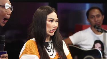 Hanya di KLY Lounge, Titi DJ ditantang untuk menunjukkan muka jeleknya. Kira-kira berani gak ya? Simak video berikut ini ya..