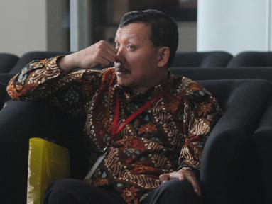 Sekda Jabar Iwa Karniwa menunggu panggilan penyidik akan menjalani pemeriksaan di Gedung KPK, Jakarta, Jumat (30/8/2019). Iwa Karniwa diperiksa sebagai tersangka terkait dugaan menerima suap kasus pemberian izin proyek pembangunan Meikarta di Kabupaten Bekasi. (merdeka.com/Dwi Narwoko)