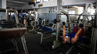 Pengunjung berolahraga di tempat pusat kebugaran Mark Gym di kawasan Tebet, Jakarta, Selasa (5/10/2021). Meski demikian, tetap diberlakukan pembatasan seperti jumlah pengunjung maksimal 25 persen.  (Liputan6.com/Faizal Fanani)