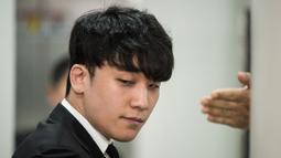 Mantan anggota boyband BIGBANG, Seungri mendatangi Pengadilan Distrik Pusat Seoul, Selasa (14/5/2019). Seungri datang untuk menghadiri persidangan atas surat perintah penangkapannya terkait kasus penyedia layanan seksual dan penggelapan dana. (Ed JONES / AFP)